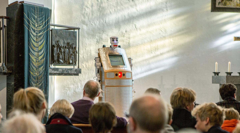 """""""BlessU-2"""" Segensroboter im digitalen Gottesdienst in die Hamburger Hauptkirche St. Nikolai."""