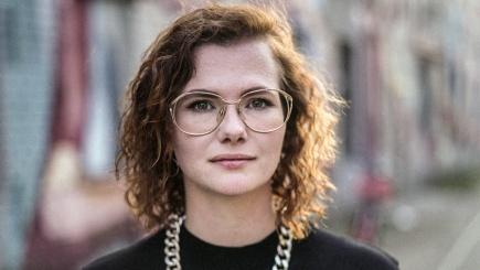 Die Wortkünstlerin Veronika Rieger ist als Poetin auf Bühnen zuhause und als Theologiestudentin auf dem Weg auf die Kanzel. Zwischendurch und unterwegs bleibt sie im Gespräch mit einer diskussionsfreudigen Community auf ihrem Instagramkanal @riegeros. In i